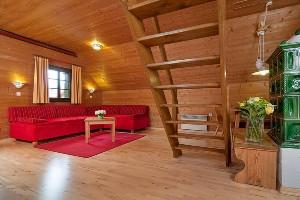 Wohnzimmer mit Stiege, Hoteldorf Kärnten