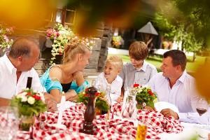 Tischgespräch mit der Familie, Hoteldorf SEELEITN