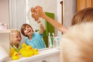 Kinder malen Gesicht auf Badezimmerspiegel, Dorf Seeleitn