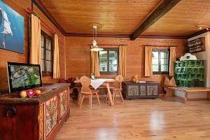 Wohnbereich mit Fernseher & Sitzecke im Naturel