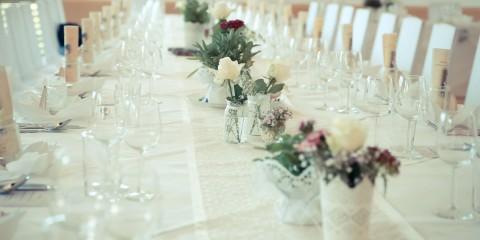 gedeckte Hochzeitstafel im Naturel